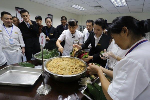 端午情粽叶香——万博体育手机版登陆酒店举办包粽子比赛